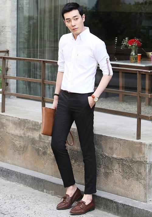 Áo sơ mi trắng kết hợp cùng quần kaki