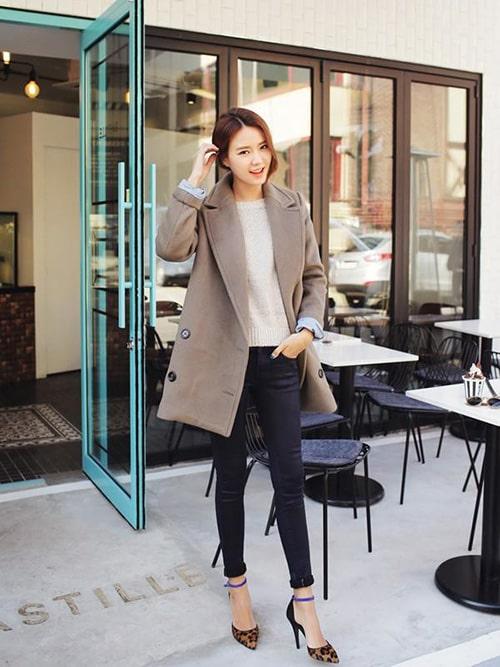 Quần jean và áo khoác dáng dài cho nữ công sở tuổi 25