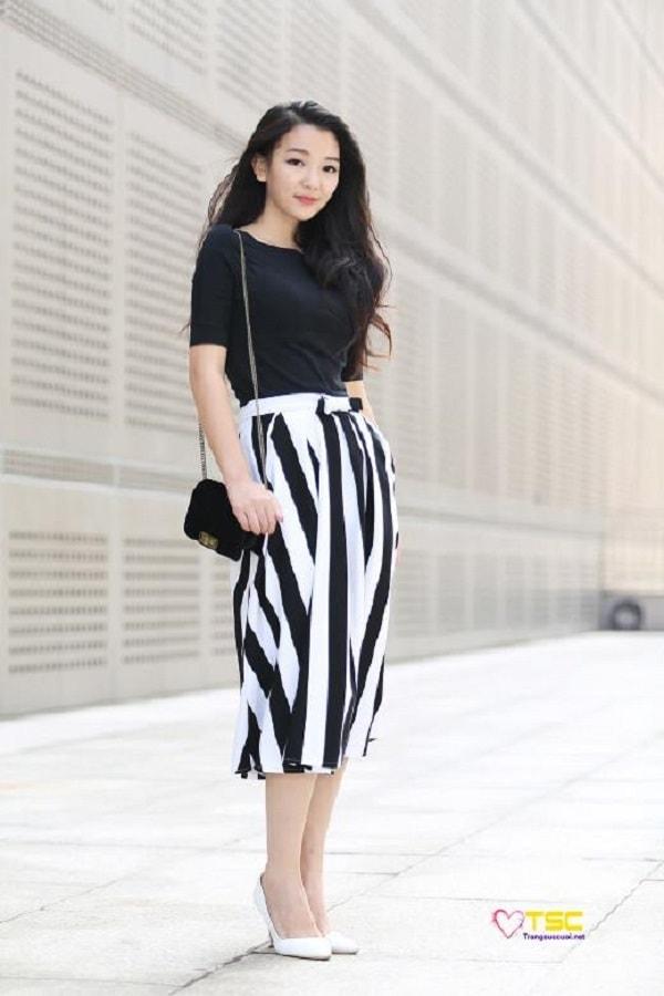 Kết hợp chân váy bút chì kẻ sọc cùng áo thun và giày cao gót