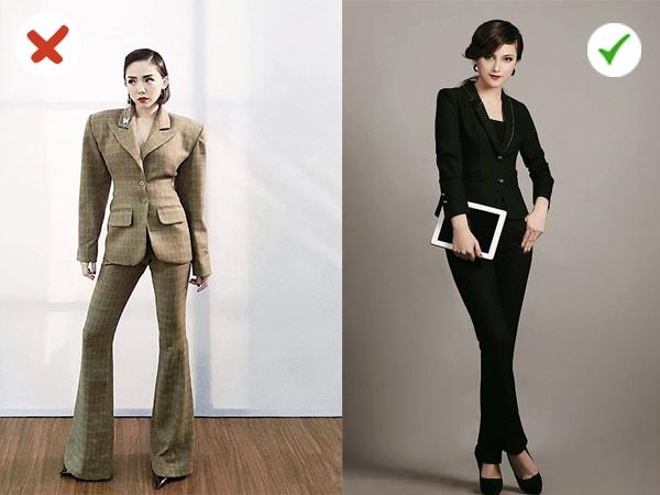 """Với đôi vai áo rộng như """"đàn ông"""" cũng chiếc quần loe khiến cô nàng giống đang trùm một chiếc """"bao tải"""" lên người."""