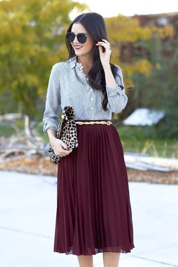 Áo sơ mi kẻ dài tay kết hợp cùng chân váy xếp ly dài qua đầu gối để giữ ấm cơ thể