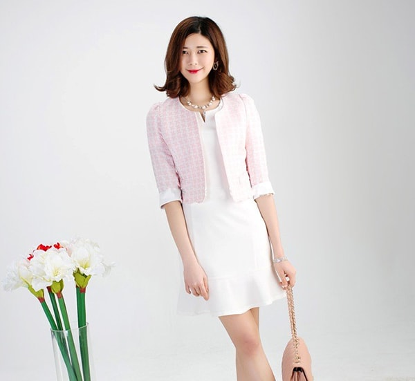 Váy đuôi cá kết hợp với áo vest lửng tạo nên nét thanh lịch cho cô nàng công sở
