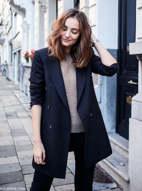 Quần jean cùng áo vest dáng dài đồng tối màu tạo nên sự sang trọng, quý phái