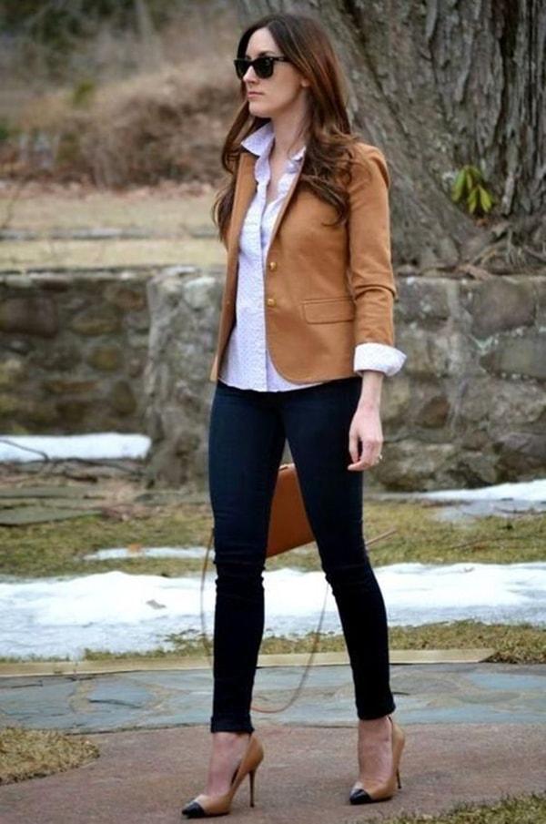 Áo sơ mi cổ điển cùng áo vest, quần jean và giày cao gót sẽ không làm mất đi sự nghiêm túc trong môi trường công sở