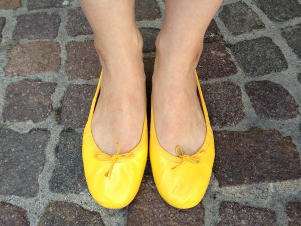 Mẹ bầu nên đi giày đế thấp và chất liệu mềm mại
