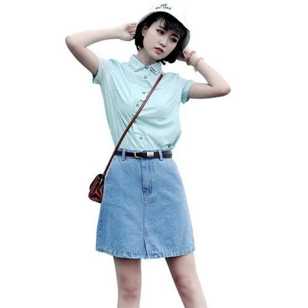 Chân váy jean kết hợp với áo phông tối giản trẻ trung