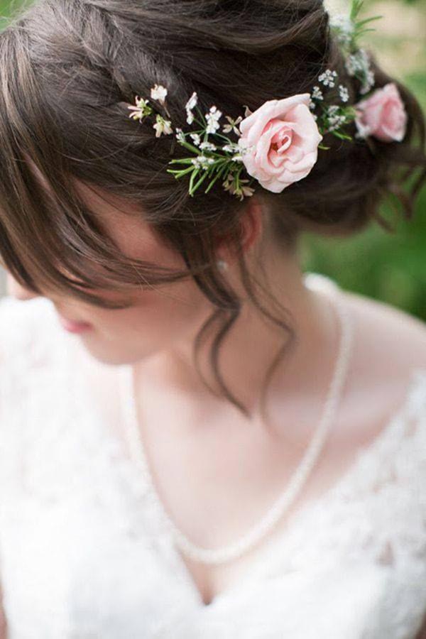Hoa hồng cài tóc cô dâu