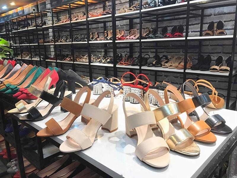 Nguồn sỉ giày dép sản xuất trong nước hướng đi an toàn của các doanh nghiệp
