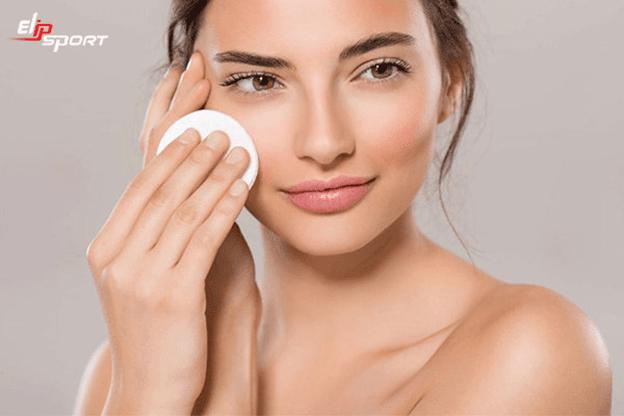 Làm sạch da mặt trước khi massage