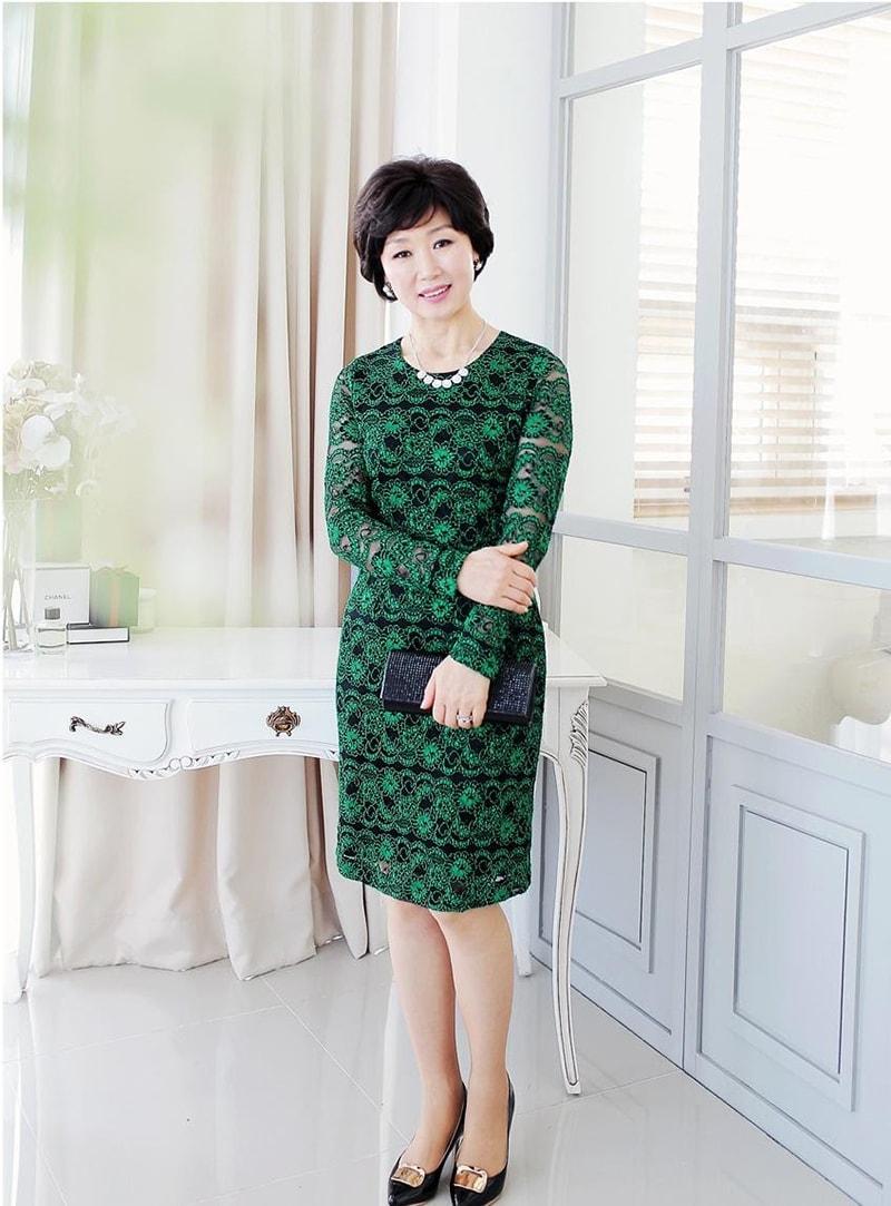 Váy đầm ren là trang phục đẹp cho phụ nữ tuổi 50